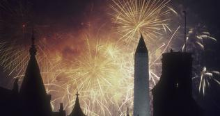 Picture of fireworks over the Smithsonian and Washington Monument